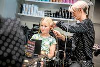 Hedvig tycker inte att det varit särskilt jobbigt att spara ut och donera håret. Det enda hon varit nervös inför var hur hennes nya frisyr skulle bli. Foto: Emma-Sofia Olsson