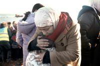 En syrisk kvinna har kommit i land på den grekiska ön Lesbos.
