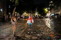 Två engelska supportrar vandrar hemåt i London.