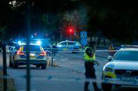 Polisens avspärrningar vid Berga centrum i Linköping den 5 augusti, efter att två tonårspojkar skottskadats allvarligt. Den ene avlider av sina skador.