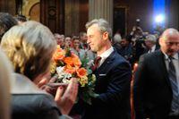 Norbert Hofer tar emot blommor efter sitt framträdande.