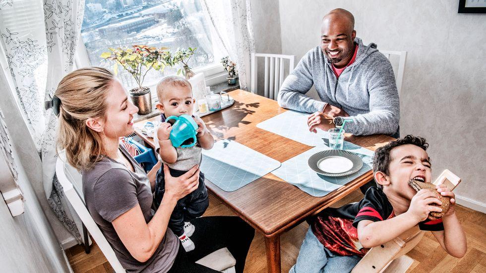 """""""Jag blev alltid tillsagd av släkt och vänner att jag 'var mannen i huset', även som litet barn"""", säger Jon som växte upp med en ensamstående mamma. Nu formar han en annan typ av familj tillsammans med Sandra Skärberg Rollins i Sverige. Där ingår lilla Allison och Sebastian, 4."""
