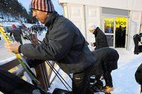 Vallning och pyssel med skidorna inför starten i Vasaloppet.