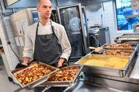 Daniél Kallonas är kökschef på Skapaskolan, som lägger mycket fokus på att matsvinnet ska vara så litet som möjligt.