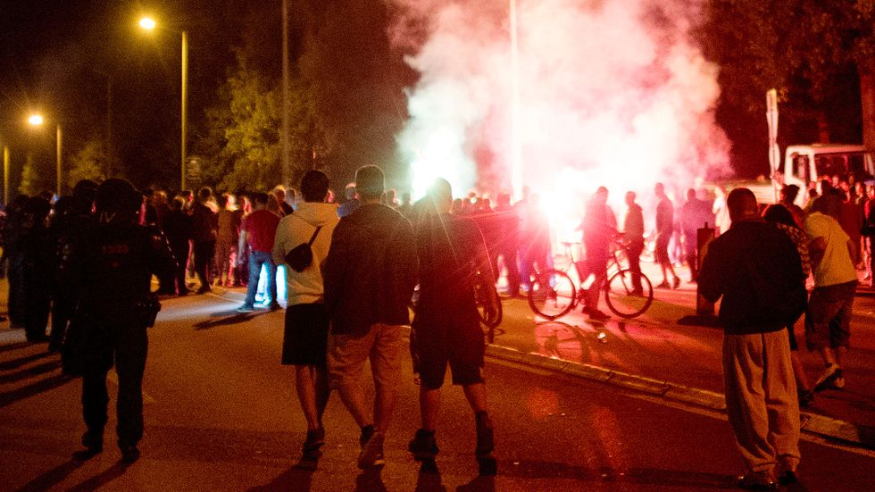 Demonstranter angrep natten till lördag asylsökande som anlände till staden Heidenau i sydöstra Tyskland.