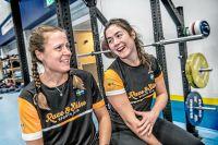 Theresia Viska och tränaren Stina Jönsson i  friidrottshallen på Bosön. Här tränar medlemmarna i triathlonklubben Race and shine.