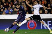 Zlatan sparkar, den här gången på bollen, mot Valencia.