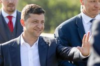 Den nya presidenten i Ukraina är politiskt oerfaren och ställs nu inför den svåra uppgiften att få slut på det femåriga kriget.