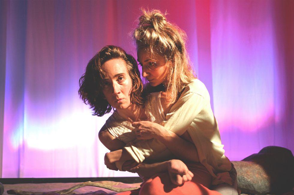 Moa Åström och Tove Simonsen i rollerna som Helen och Robyn.