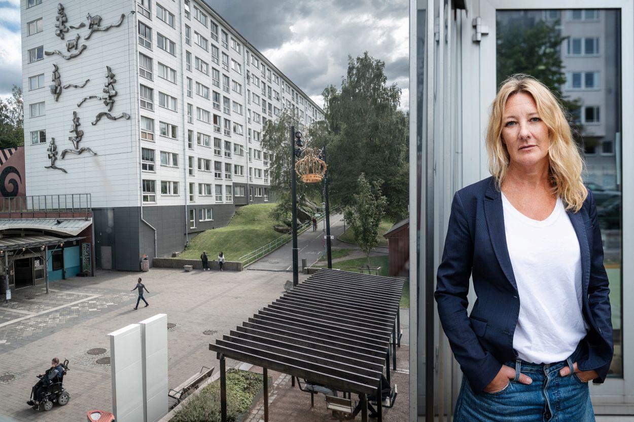 """Johanna Bäckström Lernebys bok """"Familjen"""" berättar historien om en släkt som håller stadsdelen Angered i ett järngrepp."""