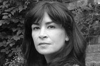 """Brittiska Sadie Jones romaner """"Den utstötte"""" och """"Små krig"""" finns översatta sedan tidigare."""