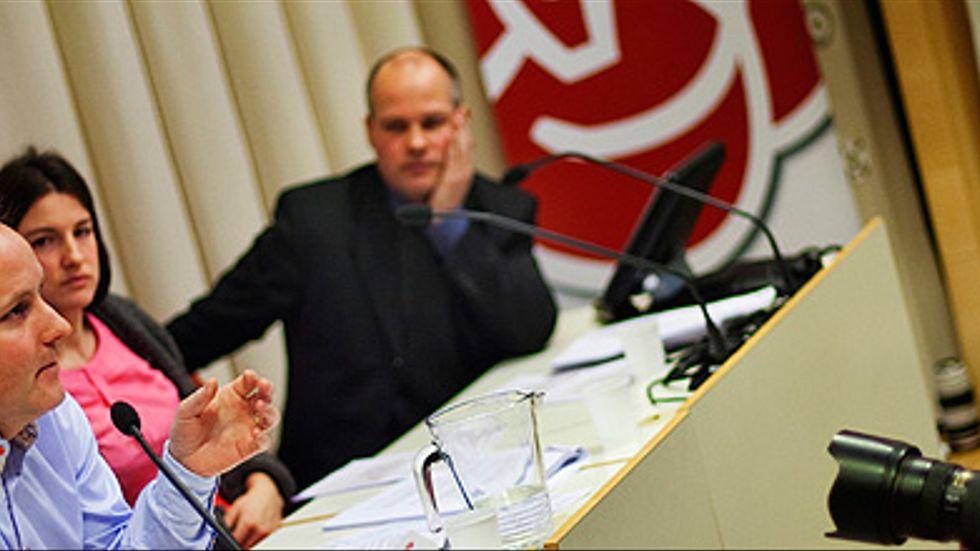 Socialdemokraternas kriskomission håller presskonferens.