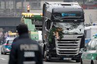 Lastbilen som användes i julattentatet i Berlin körs iväg av en bärgare för undersökning.
