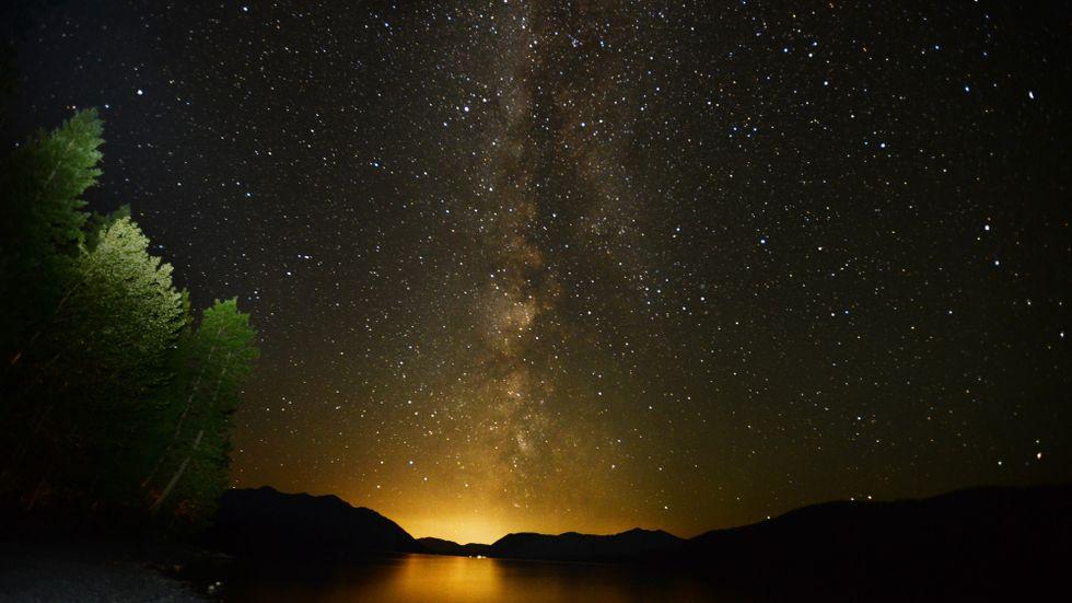 Vintergatan, snart synlig på en natthimmel nära dig. Arkivbild.