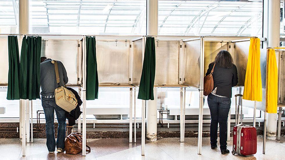 Du kan förtidsrösta i en röstningslokal var du vill i Sverige.