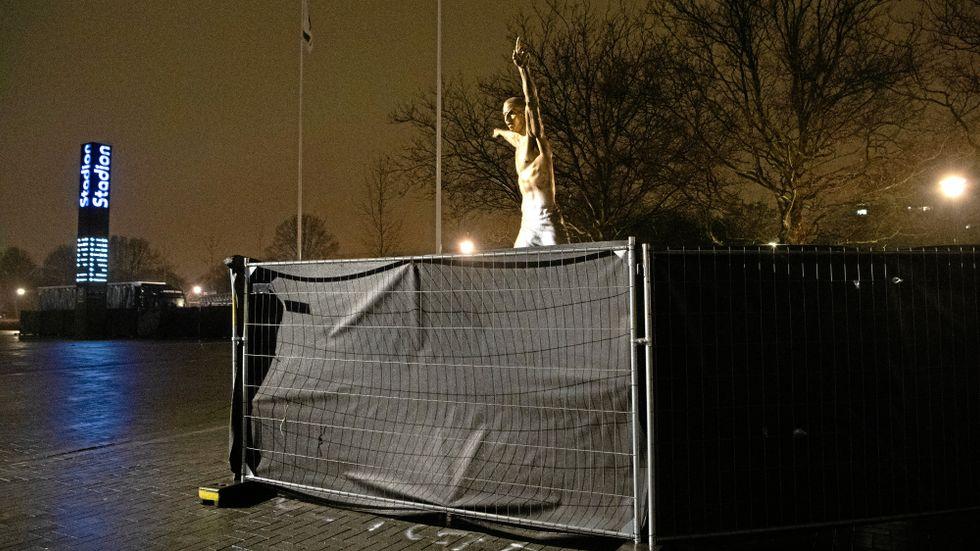 Den vandaliserade statyn över Zlatan Ibrahimovic utanför Stadion i Malmö.