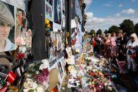 Människor har samlats utanför Kensington Palace i London för att hedra prinsessan Diana på 20-årsdagen av hennes död.