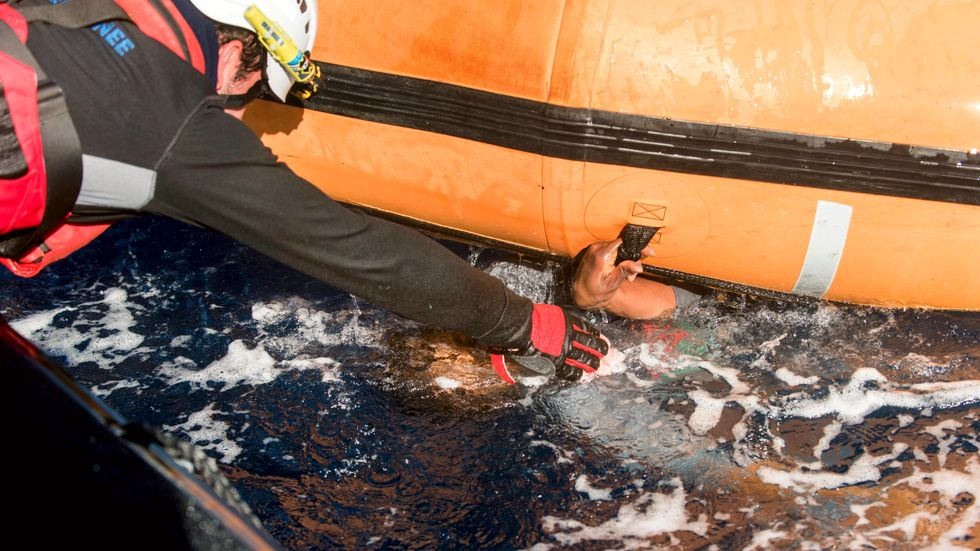 Fem migranter har dött när en gummibåt sjönk utanför Libyen. Arkivbild från annan räddningsinsats i Medelhavet.