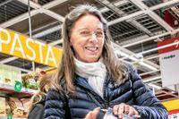 """""""Jag handlar sånt som vi ändå behöver hemma, som pasta, bönor och grönsaker"""", säger kunden Neta Ohlsén."""