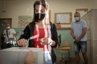 En kvinna röstar i parlamentsvalet i Bulgariens huvudstad Sofia.