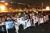 Tiotusenals människor demonstrerade i Mexico City på torsdagen i protest mot regeringens oförmåga att hantera de 43 studenternas försvinnande.