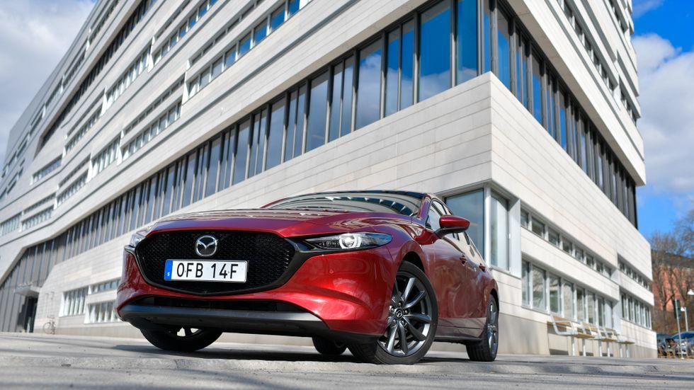Kisande strålkastare och en kylargrill som har vuxit på både bredden och höjden jämfört med förra Mazda 3. Karaktärsstark kan man kalla denna design.
