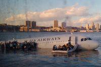 En av de första bilderna på det kraschade flyget togs av en passagerare på en färja på Hudson river, som kallades olycksplatsen för att hjälpa till att rädda flygets passagerare ur vattnet.