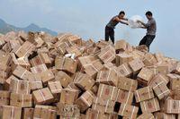 2011 – Män i Kina häller bensin över lådor med förfalskad sprit för att förstöra varorna.