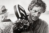 John Cassavetes (1929-1989) med en filmkamera.