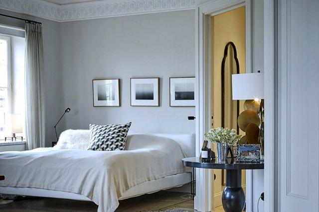 Elegant sovrum med kudde och lampa från Prada.