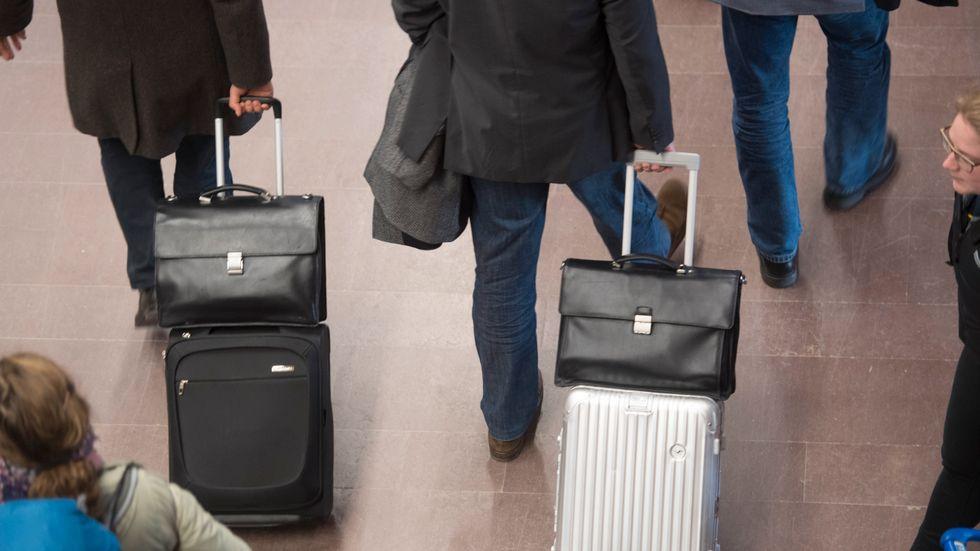 Flygresenärer med bagage.