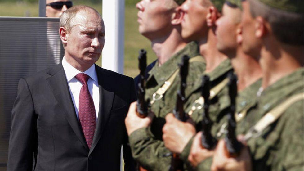 Ryske presidenten Vladimir Putin deltar vid en militär ceremoni i staden Korenovsk den 14 juni i år.