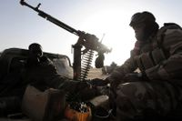 Fyra soldater har blivit dödade i Mali. Här sitter två andra soldater i ett fordon i norra Mali, i en bild som togs år 2013. Arkivbild.