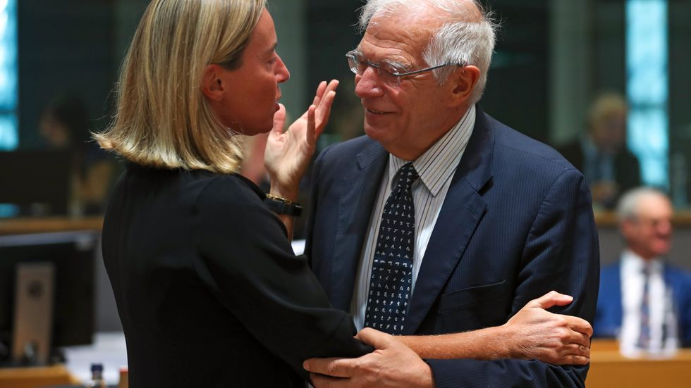 EU:s avgående utrikeschef Federica Mogherini pratar med den tilltänkte efterträdaren Josep Borrell från Spanien. Arkivfoto.