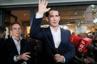 Österrikes förbundskansler Sebastian Kurz vinkar till anhängare efter att parlamentet röstat ned hans regering.