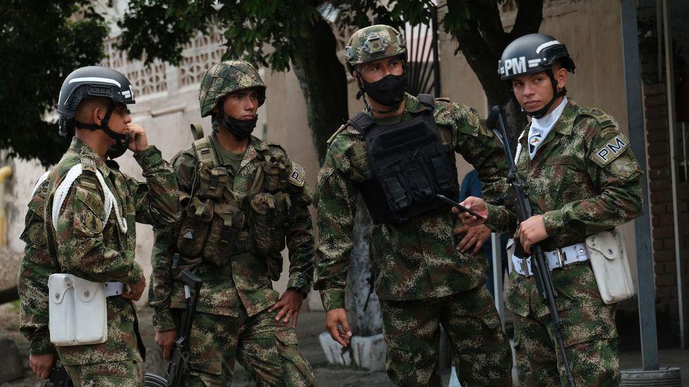 Colombiansk militär bevakar en gata tidigare i år.