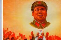 Lin Zhao (1932–1968). Till höger maoistisk propagandaaffisch.