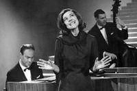 Bengt Hallberg vid pianor under ett framträdande med Alice Babs 1963.