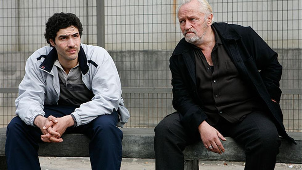 Tahar Rahim spelar Malik El Djebena i En profet. I fängelset hamnar han i klorna på maffiabossen Cécar Luciani, som spelas av Niels Arestrup.