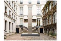 """Heinz Macks skulptur """"Silber-stele"""" står utanför den pampiga entrén till Galerie Perrotin på rue de Turenne i Paris."""