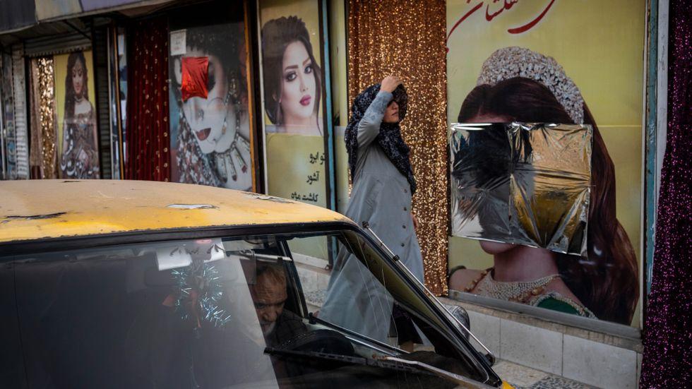 Sedan talibanerna tog kontroll över Kabul har flera bilder på kvinnor vid skönhetssalonger blivit övertäckte eller nedtagna. Bild från den 12 september.