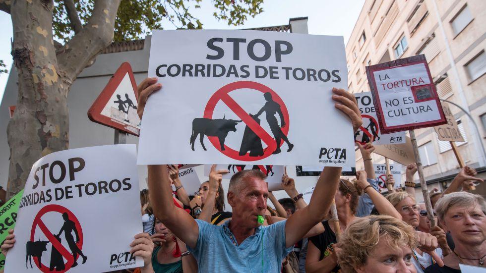 Protester utanför tjurfäktningsarenan i Palma, Mallorca.