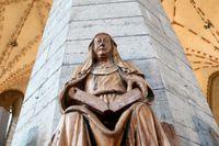 Att heliga Birgitta kunde läxa upp påven vittnar om kvinnors höga ställning under medeltiden. Träskulptur i Vadstena klosterkyrka.