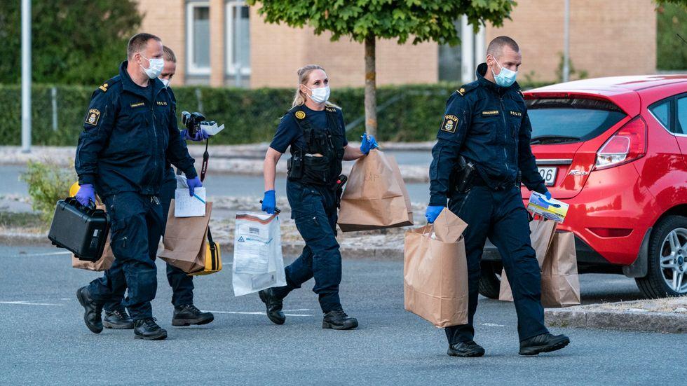 Kriminaltekniker på plats efter skjutningen på tisdagseftermiddagen. Arkivbild.