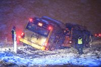 Två bussar körde av länsväg 118 i höjd med Torsebo norr om Kristianstad. Flera personer fördes med ambulans till sjukhus men ingen ska vara allvarligt skadad, uppger polisen.