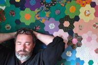 """Johan Jönson är född 1966 och bosatt i Stockholm. Hans senaste diktsamling, """"Marginalia/Xterminalia"""", belönades med Sveriges Radios lyrikpris."""
