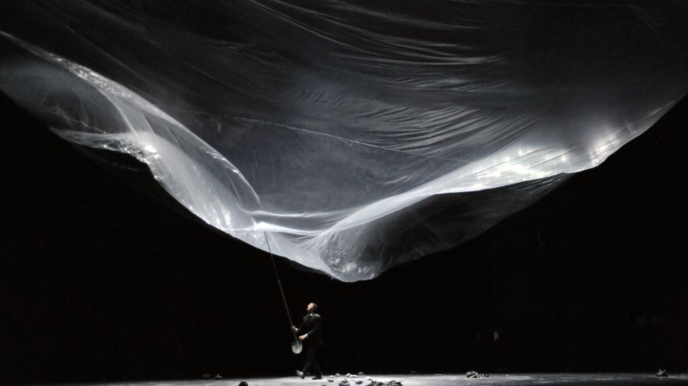 """""""Still life"""" är ett grekiskt dans- och bildverk som tolkar Sisyfosmyten. I slutet tar människan makt över  himlavalvet."""