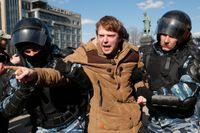 En demonstrant förs bort av polis.