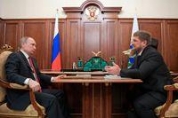 Tjetjeniens hårdföre president Ramzan Kadyrov (till höger) försäkrade enligt Kreml vid ett möte den 19 april Rysslands president Vladimir Putin om att det inte fanns någon grund för uppgifterna om att homosexuella förts bort och torterats i delrepubliken.