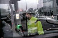 Emil Rooth är provfordonskoordinator på Scanias utvecklingslabb där teknikerna nu håller på att finslipa bolagets första eldrivna lastbil.